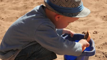 klapki : A little boy plays in a sandy beach on the bank of the Green River near Moab utah Wideo