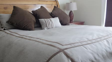 dekoracje : A beautiful king size bed in a hotel room