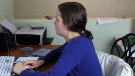 desemprego : a woman working in a home office on the computer