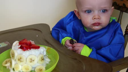 çikolata : a baby boy eating choclate cake for his first birthday Stok Video