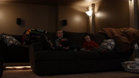 sala controllo : I bambini guardano un film in una sala home theater con un proiettore