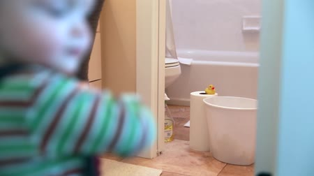домохозяйка : a mother and her toddler cleaning a bathroom