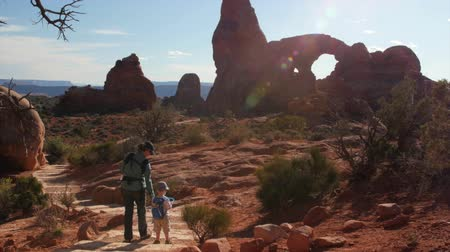 sál : A mother and kids hiking at turret arch in arches national park Stock mozgókép