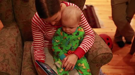 sofá : a mother and toddler watching tablet