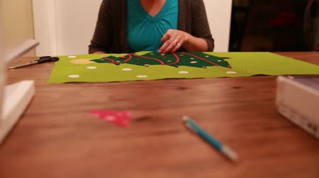 szycie : a mother working on a christmas advent calendar Wideo