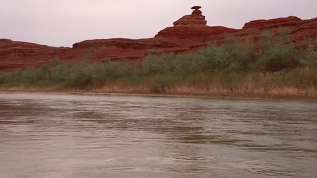 ток : the balancing rock called mexican hat on the san juan river in southern utah Стоковые видеозаписи