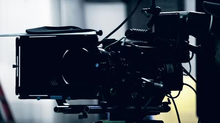 ayarlamak : an epic red camera on a professional movie set Stok Video