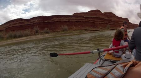 sorok : time lapse of rafts rowing down the san juan river near mexican hat Stock mozgókép