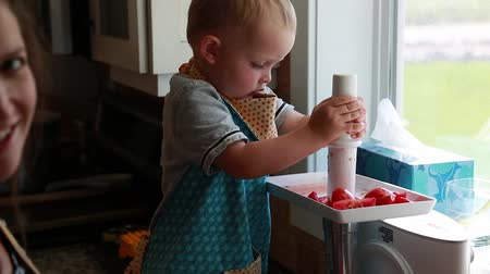 sıkıcı iş : a toddler and mother juice tomatos
