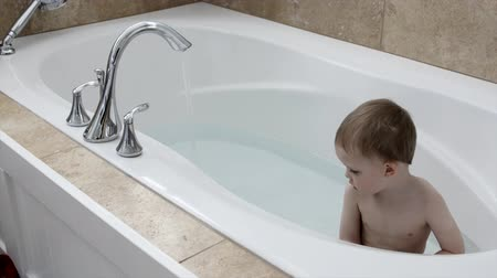 koupat se : A toddler taking a bath