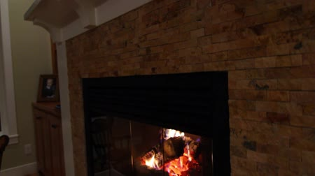 kabine : a warm and cozy fireplace jib shot Stok Video