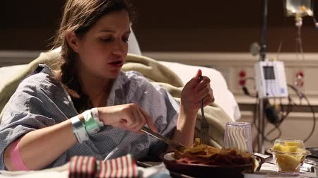szpital : a woman eating hospital food after giving birth Wideo