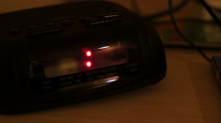 кровать : A digital alarm clock that has been reset when the power went was turned off Стоковые видеозаписи