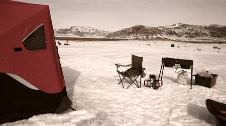 рыболовство : An ice fishing camp tent on a lake