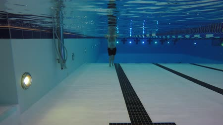 fitnes : An underwater shot man swimming toward a camera Wideo