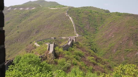 onarılmış : ancient great wall of china beijing mutianyu with tourists Stok Video