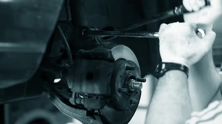 kriko : an auto mechanic working on the engine of a car Stok Video