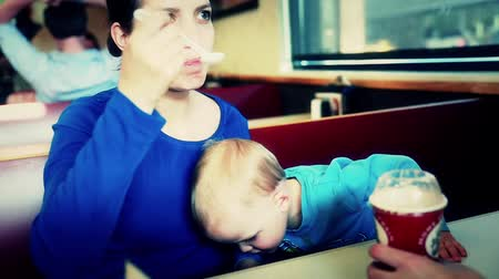 картофель фри : boy and his mother eating a milk shake