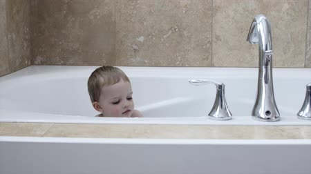 tubérculo : Boy playing in the bath tub Stock Footage