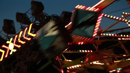 targi : carnival ride at night time with flashing lights Wideo