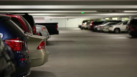 řídit : parked cars inside a full parking garage