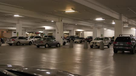 parc automobile : Un parking souterrain sous un centre commercial au centre-ville de Salt Lake City, Utah