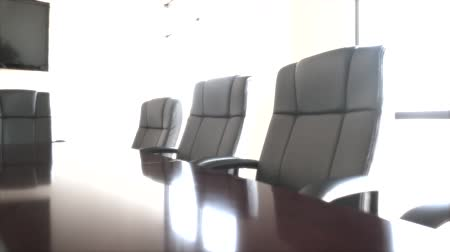 sala de reuniões : chairs at the office conference room dolly shot