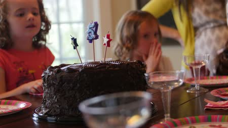день рождения : Kids sit at the table for a birthday party to eat the cake and sing happy birthday