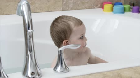 myjnia : Cute little boy playing in the bath tub