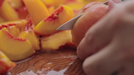skóra : cutting fresh peaches Wideo