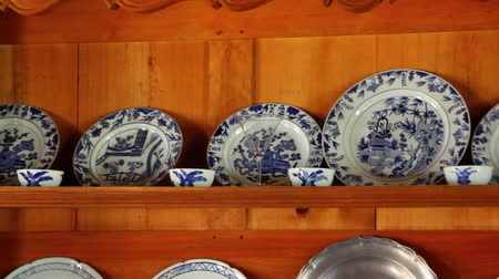 kabine : Pottery Dishes on a Shelve Stok Video