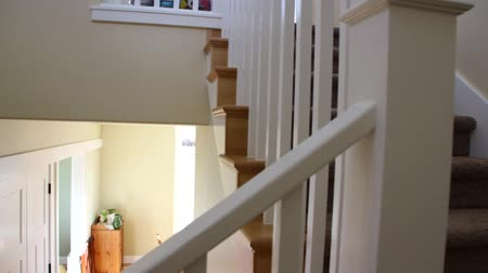 escada : Dolly shot of stairs in a new home