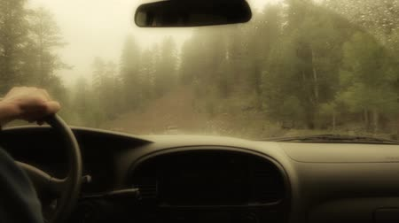 deszcz : driving up foggy wet mountain road