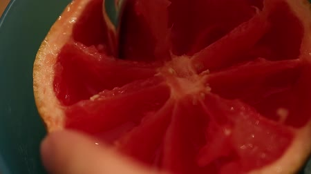 winogrona : Closeup of eating a ruby red grapefruit