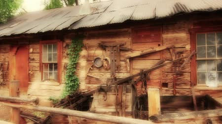occidente : Raffreddare Cabin Old Time Cowboy occidentale Filmati Stock