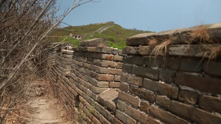 onarılmış : cool unrestored section of the great wall of china at beijing jiankou Stok Video