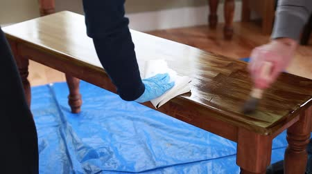 skvrny : couple stains a wood bench