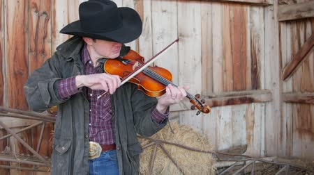 régi : Cowboy finds old fiddle in his barn