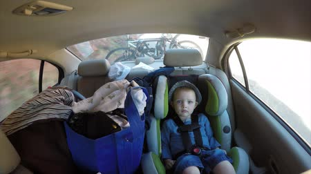 otopark : A young family with a toddler in a car seat traveling through Southern Utah in a vehicle