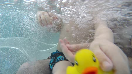 küvet : father and son in the hot tub underwater
