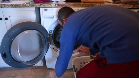 otcovství : father doing the families laundry