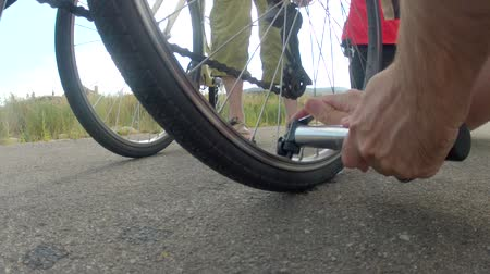 tüpler : filling up a flat tire on a bike ride Stok Video