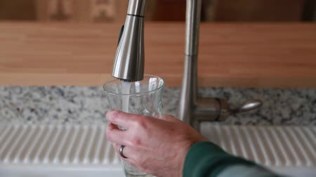 işlemek : filling water into a glass cup