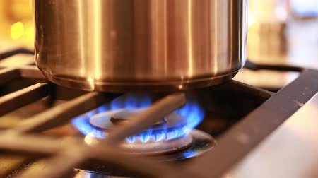 konyhai : flame on a gas stove in the kitchen Stock mozgókép