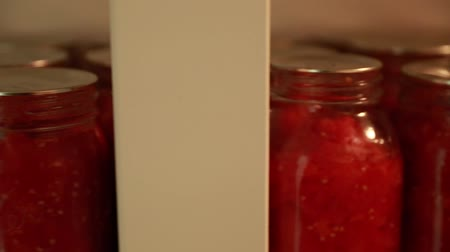 enlatamento : freshly preserved food in jars in storage room Vídeos
