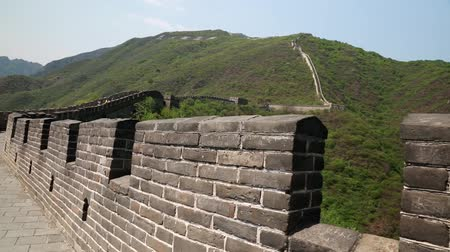 onarılmış : great wall of china beijing mutianyu with tourists Stok Video