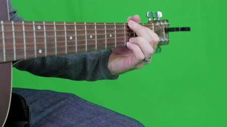 kytara : Green screen a male playing the wooden guitar