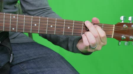bicí nástroje : Green screen male playing the wooden guitar