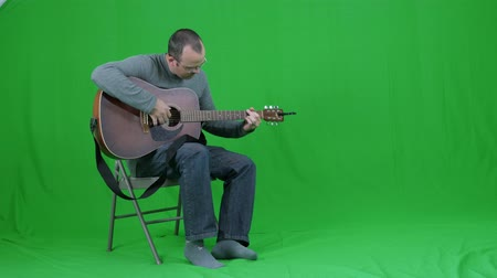 kytara : Green screen of a male playing the guitar