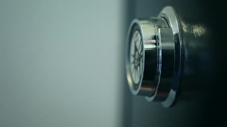 банк : hand opening a combination lock on a safe